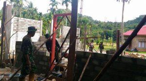 Babinsa Kodim 0311 Pessel Bersama Membangun RTLH di Batang Kapas.