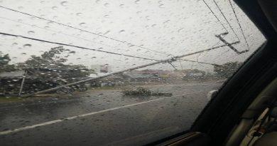 Cuaca Ekstrem Terjang Pessel, Tiang Listrik Romboh di Pasar Baru Painan Rabu (28-9) Siang Ini.