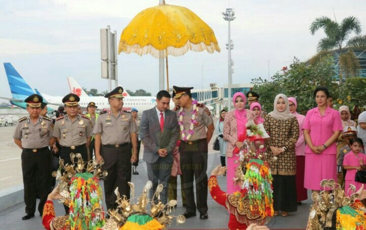 Gubernur ZZ Sambut Kapolda Jambi Baru di Bandara Sutan Taha Jambi.