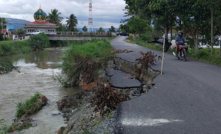 Jalan Simpang Tiga Rawang Menuju SMAN 5 Amblas.