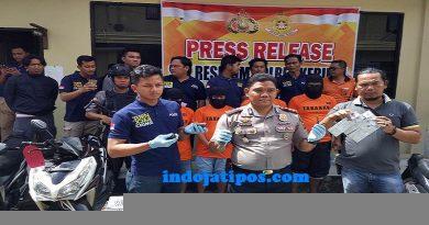 FOTO Kapolres Kerinci AKBP Dwi Mulyanto SIK SH Bersama 4 Pelaku Sindikat Curanmor dan Barang Bukti.Foto Rico