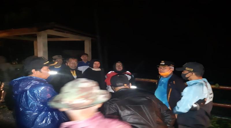 FOTO: Wabup Ami Taher Bersama Plt Kadis PU Kerinci Maya Novefri Meninjau Banjir.