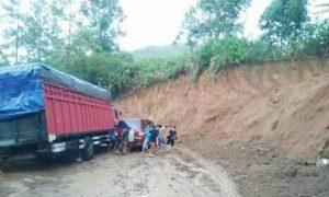 Ada Truk Terjebak Longsor di Jalan Sungaipenuh-Tapan