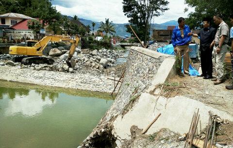 Pekerjaan Rehab Bendungan Sungai Bungkal Kota Sungaipenuh Bermasalah, Tampak Dewan Dilokasi.