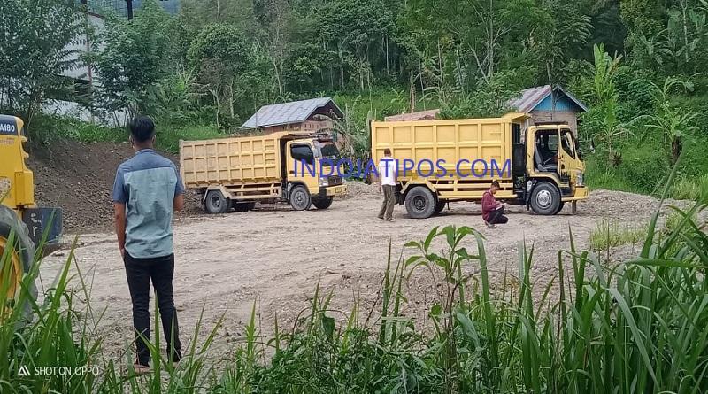FOTO: Tampak Dumptruk Membongkar Material dari Sungai Bungkal.