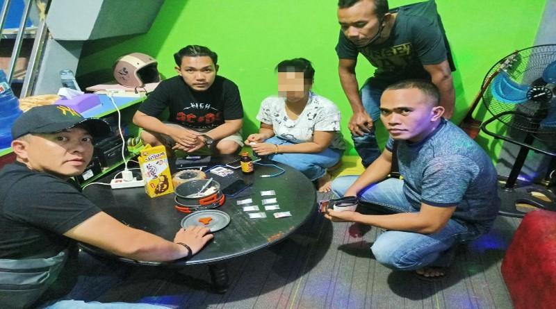 FOTO: Anggota Satres Narkoba Polres Kerinci Melakukan Penggeledagan di Rumah Lisa
