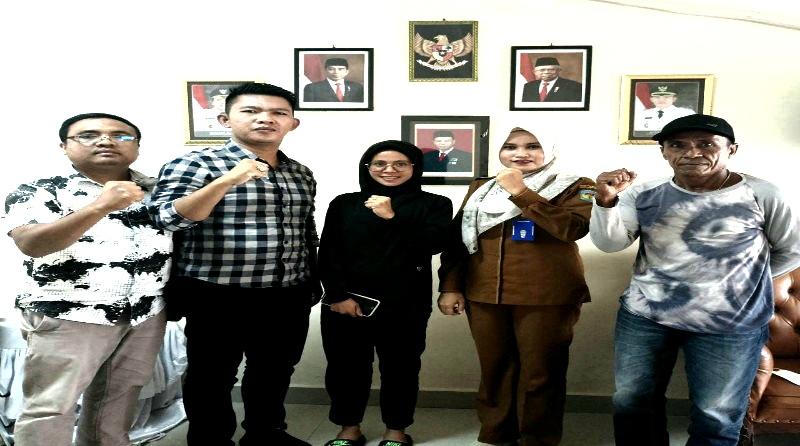 FOTO Bersama Ori Saputra SE Ketua KONI Kota Sungaipenuh Bersama Dispora Usai Saat Memberi Support ke Atlet Turun ke PON XX Papua.