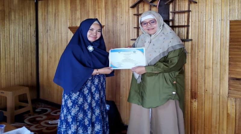 Syamsarina Lc,MA mewakili Guru menerima sertifikat dari Pemateri Destiva Trisna,M.Pd, Dosen/asesor Badan Akreditasi Nasional (BAN S/M).
